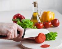 Weißes keramisches Messer in der Tätigkeit Stockfotografie