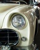 Weißes klassisches Auto Detail von Chromteilen und -scheinwerfer stockbild