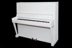 Weißes Klavier lokalisiert auf einem schwarzen Hintergrund Stockfotos