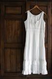 Weißes Kleid auf Garderobe Lizenzfreies Stockbild