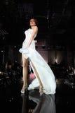 Weißes Kleid der jungen vorbildlichen Abnutzung geht Brücke Lizenzfreies Stockfoto