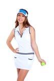 Weißes Kleid des Brunettetennis-Mädchens und Sonneblendenschutzkappe Lizenzfreies Stockfoto