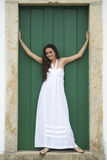 Weißes Kleid, grüne Tür. Stockfotos