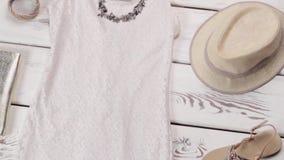 Weißes Kleid und beige Sandalen stock video footage