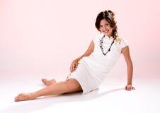 Weißes Kleidmädchen des Querfahrwerkbeines Lizenzfreies Stockfoto