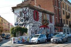Weißes kleines Haus voll von Graffitimalereien Stockfoto
