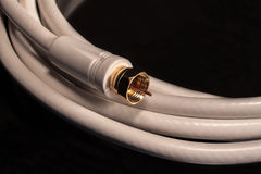 Weißes Koaxialkabel für Video-Audioverbindungen des Satellitenkabels Lizenzfreies Stockfoto
