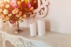 Weißes Kommode auf einem weißen Wandhintergrund mit Blume Lizenzfreies Stockbild