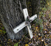 Weißes Kreuz gegen Baum Lizenzfreies Stockbild