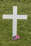 Weißes Kreuz mit amerikanischer Flagge lizenzfreie stockbilder
