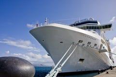 Weißes Kreuzschiff gebunden am Pier Stockfoto