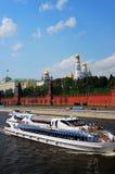 Weißes Kreuzschiff sailg auf dem Moskau-Fluss Lizenzfreie Stockfotografie