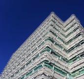 Weißes Kunstgebäude mit blauem Himmel Lizenzfreies Stockfoto