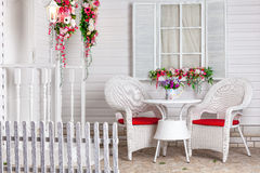 Weißes Landhaus in Provence-Art verziert mit Blumen Das Ferienhaus Lizenzfreies Stockfoto