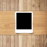 Weißes leeres Fotofeld auf Holz Stockbild