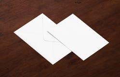 Weißes leeres Umschlagmodell und leere Briefkopfdarstellungsschablone Lizenzfreie Stockfotografie