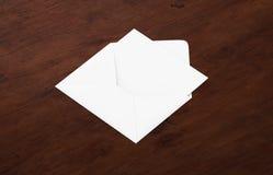 Weißes leeres Umschlagmodell und leere Briefkopfdarstellungsschablone Stockfoto