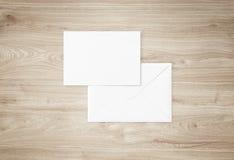Weißes leeres Umschlagmodell und leere Briefkopfdarstellungsschablone Lizenzfreies Stockfoto