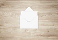 Weißes leeres Umschlagmodell und leere Briefkopfdarstellungsschablone Stockbild