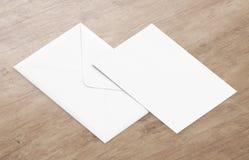 Weißes leeres Umschlagmodell und leere Briefkopfdarstellungsschablone Lizenzfreies Stockbild