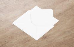 Weißes leeres Umschlagmodell und leere Briefkopfdarstellungsschablone Stockfotos