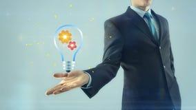 Weißes Licht der Geschäftsmann-Geschäftsmanninspirationsideengangteamarbeitskonzeptgriffartdesign-Lampenbirne an Hand lizenzfreie abbildung