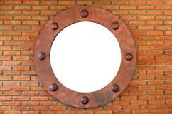 Weißes Loch in der roten Backsteinmauer Lizenzfreie Stockbilder
