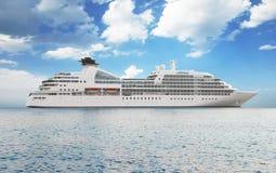 Weißes LuxuxKreuzschiff Lizenzfreies Stockbild