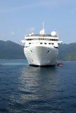 Weißes LuxuxKreuzschiff Lizenzfreie Stockfotos