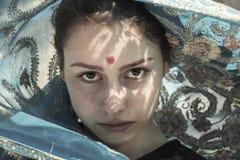 Weißes Mädchen in einem Saree Stockfoto