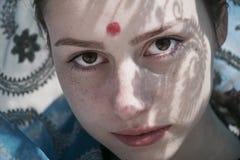 Weißes Mädchen in einem Saree Stockbilder