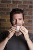 Weißes männliches trinkendes Glas Milch lizenzfreies stockfoto