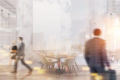 Weißes Marmorluxuscafé mit einem Plakat, Leute Lizenzfreie Stockbilder