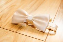Weißes men& x27; s-Hochzeitsschmetterlingsbindung Lizenzfreie Stockfotografie