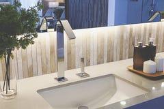 Weißes modernes Badezimmer Lizenzfreie Stockfotografie