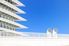 Weißes modernes Gebäude Stockfoto