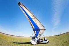 Weißes Motor-Segelflugzeug in der Reinigung, die auf ihre Drehung wartet, um zu fliegen Stockbild