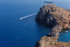 Weißes Motorboot geht auf das blaue Meer stockfotografie