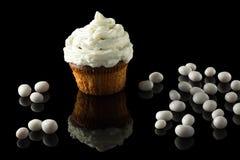 Weißes Muffin auf Schwarzem Stockbild