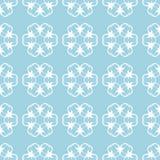Weißes nahtloses mit Blumenmuster auf blauem Hintergrund Stockfotos