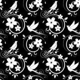 Weißes nahtloses Muster der Vögel und der Blüten auf Schwarzem Stockfoto