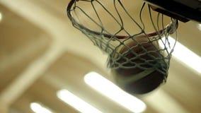 Weißes Netz eines Basketballkorbes stock footage