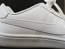 Weißes Nikelogo lizenzfreie stockfotos