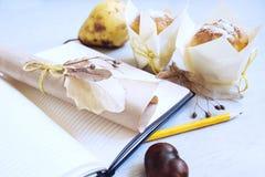 Weißes Notizbuch des Schreibtischtabellen-freien Raumes mit dem Bleistift und gefaltetem leerem Papier, verziert mit Trockenblume stockfoto