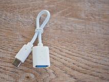 Weißes otg Kabel mit usb-Art-c Verbindung Lizenzfreie Stockbilder