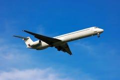 Weißes Passagierflugzeug Stockbilder