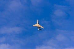 Weißes Passagierflugzeug transportiert Passagiere im blauen Himmel Stockbild