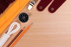 Weißes Pfadfinderseil der Ordnung, Schal, Pfeife, Bleistift, Kompass und leere Schulterepaulette Stockbilder