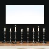 Weißes Plakat auf schwarzer Wand belichtete eine Vielzahl von Kerzen Moc Lizenzfreie Stockfotografie