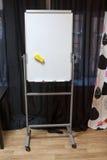 Weißes Plastikflipchart steht im Rauminnenraum, niemand lizenzfreie stockfotografie